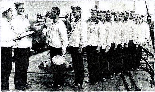 Прием водки нижними чинами российского миноносца