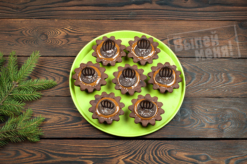 шоколадные тарталетки с соленой карамелью и ромом